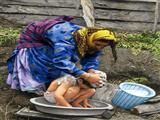 حمام پسربچه در روستا